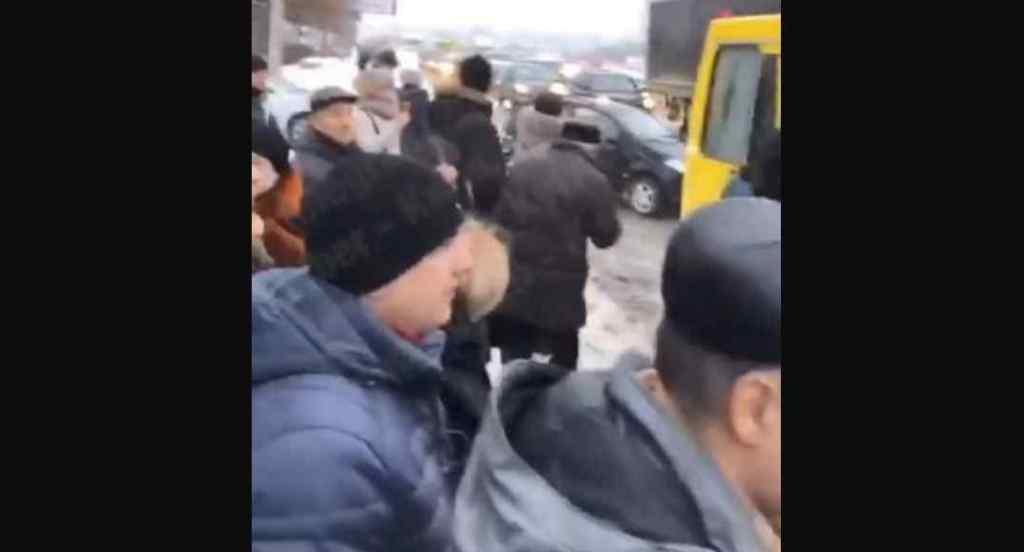 """""""Задули обличчя газом"""": У столиці напали на водія і пасажирів маршрутки"""