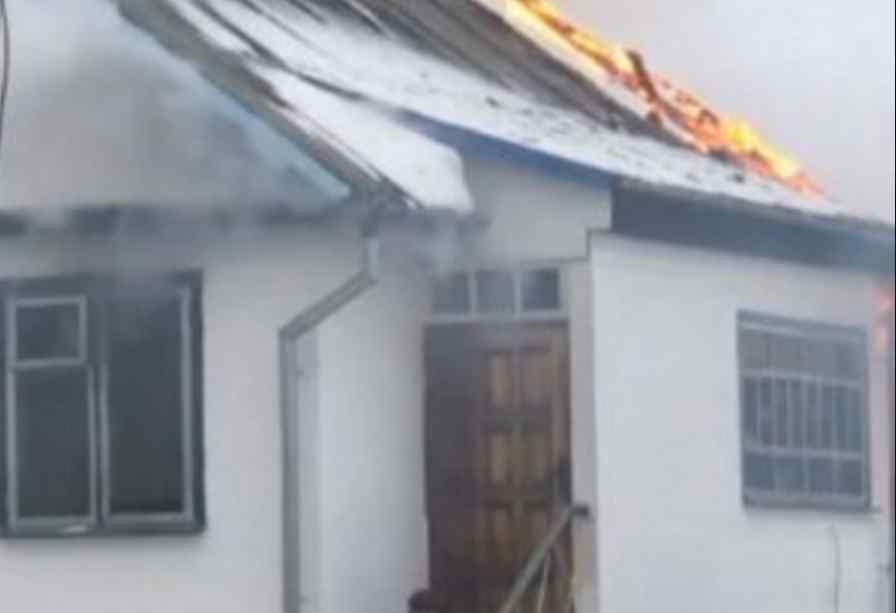 Підпалив хату, а потім скоїв самогубство: чоловік застрелився на очах десятків людей