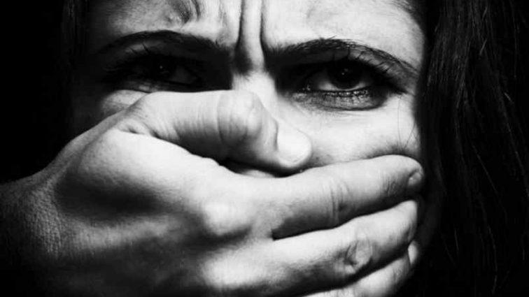 Затягли її дочку у будинок і хотіли згвалтувати: мати сама розправилася з насильниками дочки