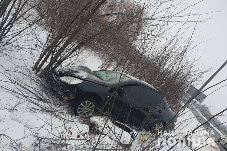 Небезпечне ДТП на українській трасі: легковик врізався в маршрутку та вилетів у кювет