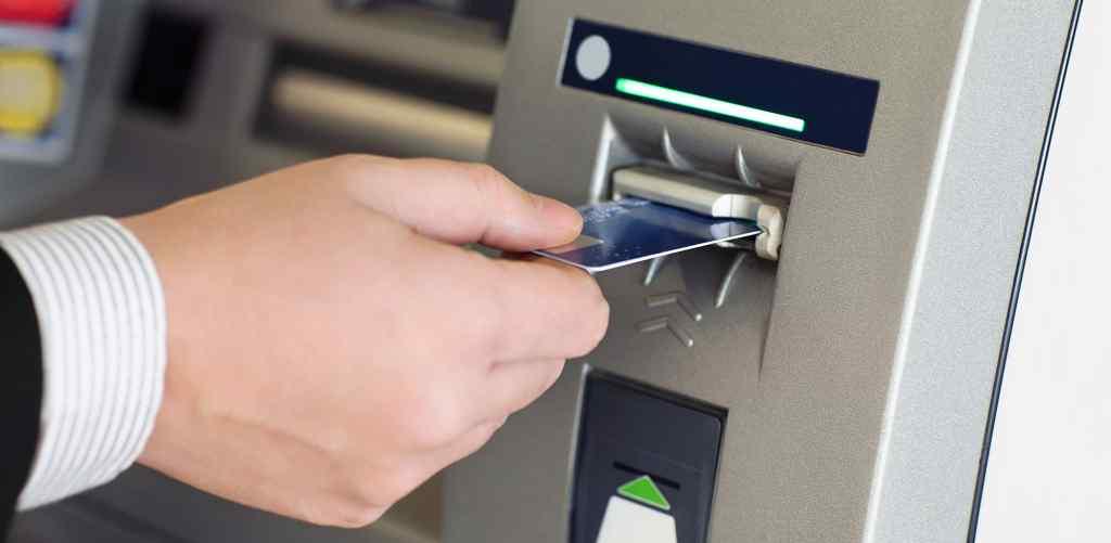 Спішіть зняти гроші: Популярний банк призупиняє роботу
