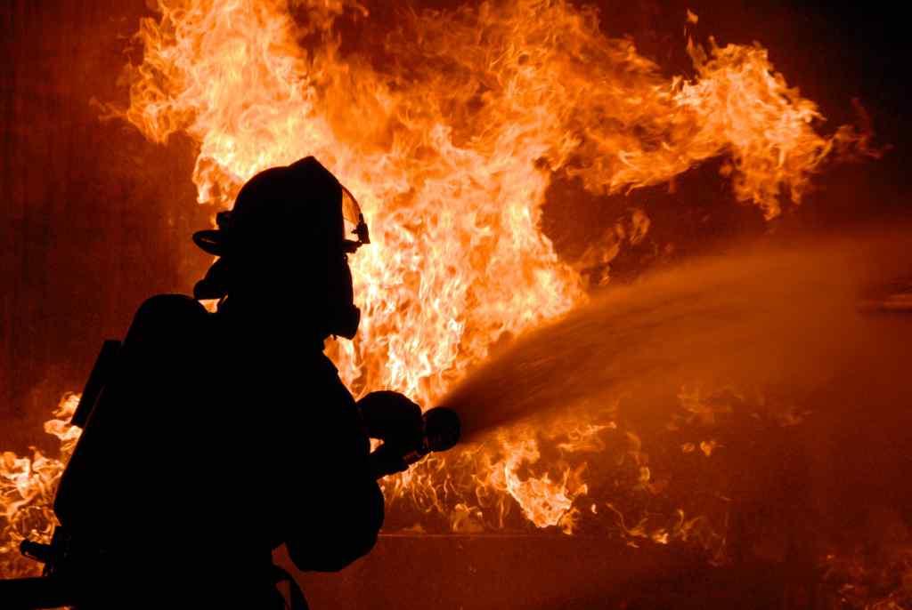 У Києві потужна пожежа охопила популярний ресторан: перші подробиці