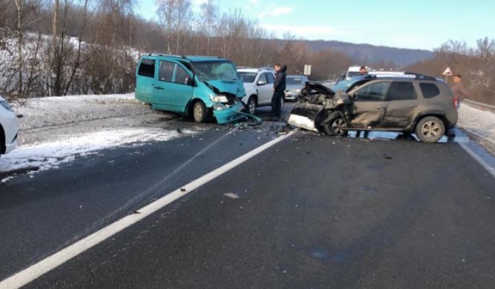 Масштабна ДТП: зіткнулося п'ять автівок, перекрили трасу Київ-Чоп