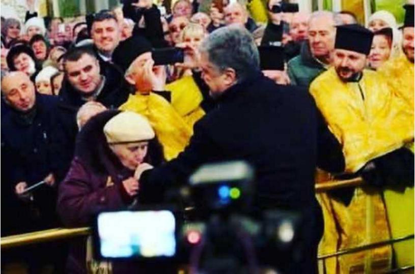 """Кричали """"Слава!"""" і цілували руки: Порошенко в черговий раз оскандалився з """"томос-туром"""""""