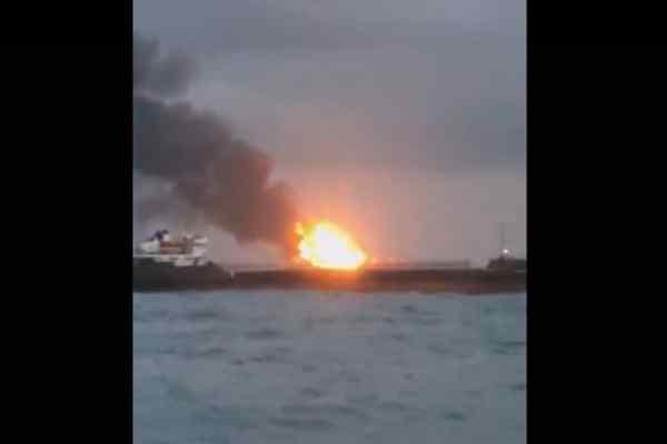 Люди стрибають за борт: Біля Керченської протоки горять два судна, перші подробиці