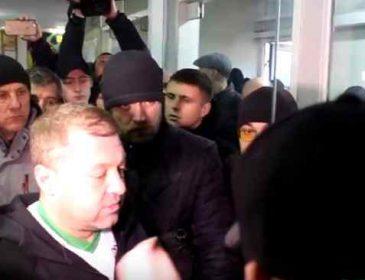 Увірвались у середину та напали на одного з акторів 95 кварталу, вимагаючи пояснень: З'явились нові подробиці протесту проти Зеленського у Львові