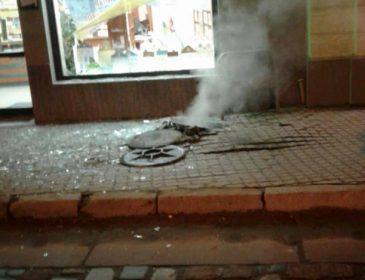 Від ударної хвилі повилітали вікна і вітрина: у Львові в каналізаційному колодязі стався вибух
