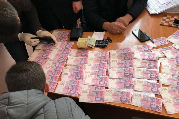 Вимагав 4 тис доларів: На Вінниччині чиновника міграційної служби затримали на хабарі