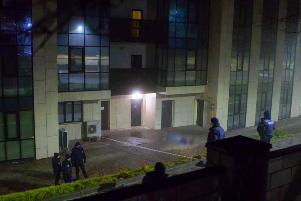 Трагедія в Дніпрі: Під вікнами багатоповерхівки знайшли тіло чоловіка