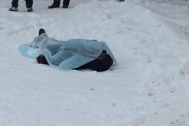 Трагедія в Києві: біля метро знайшли закривавлене тіло, перші подробиці