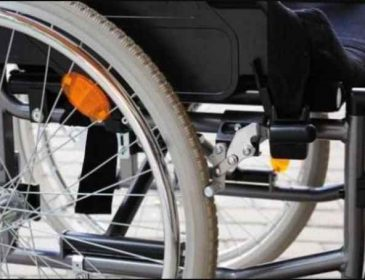 Тепер в інвалідному візку назавжди: пірсинг носа паралізував дівчину
