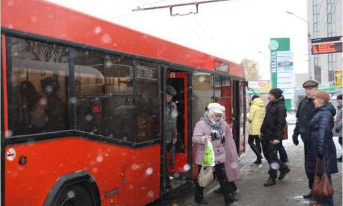 """""""Накричала і зламала руку"""": Пенсіонерка напала на дівчинку в автобусі"""