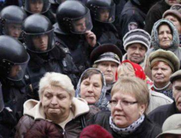 Тисячі людей штурмували Кабмін, є постраждалі