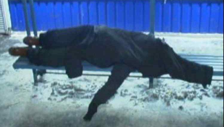 Лежала самотньо на лавці: на зупинці знайшли труп жінки