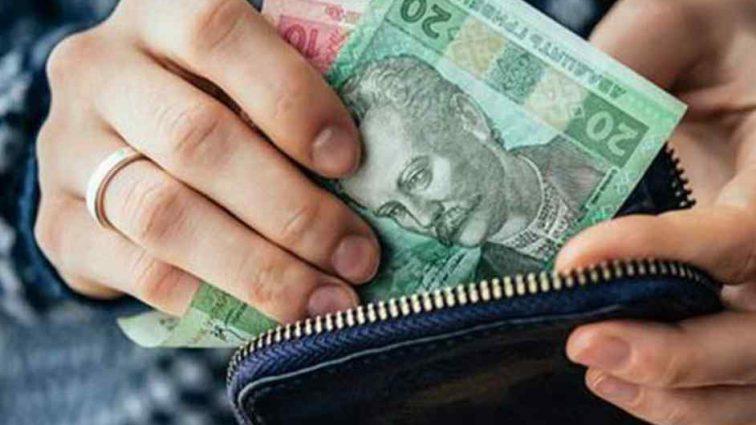 Доведеться сплатити податки: держава платитиме бабусям та дідусям за доглядання онуків