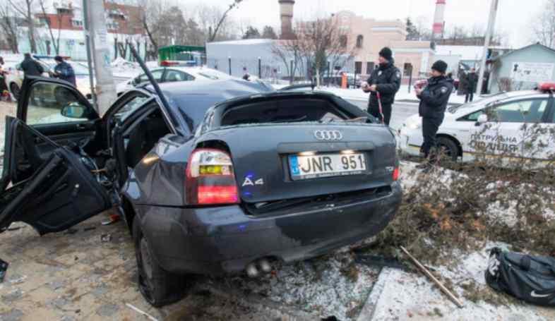 Моторошна ДТП в Києві: авто вилетіло на зупинку та протаранило електроопору, загинула людина