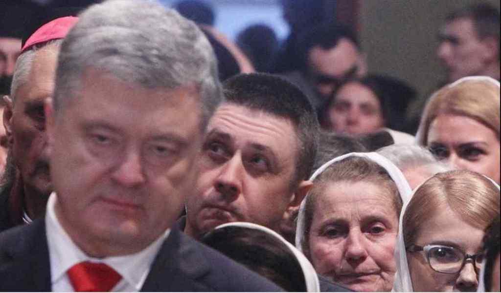 Перекинулися кількома фразами: Порошенка помітили за спілкуванням з Тимошенко під час інтронізації глави ПЦУ