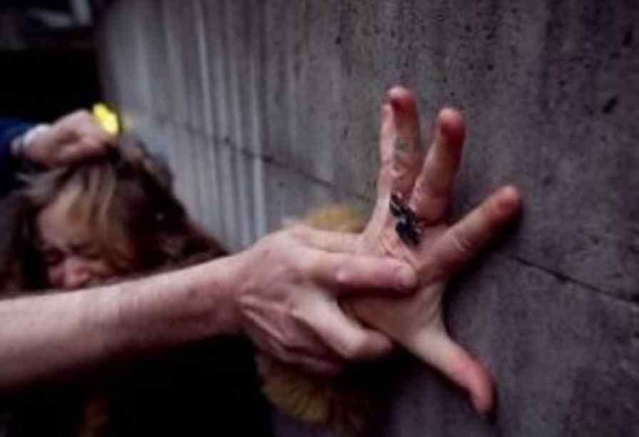 Протягом 40 хвилин бив і душив свою жертву: студентка змогла вирватися з рук гвалтівника