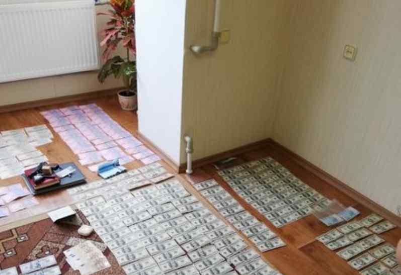 Вилучили $18 200 доларів: Слідчого поліції Черкаської області затримали на хабарі