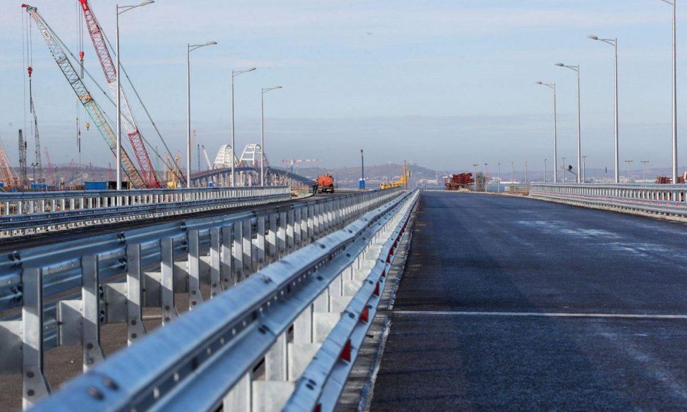 Конструкції Керченського моста попадали у воду – показали нові руйнування