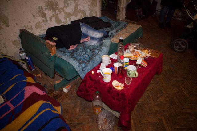 """""""Спала п'яна мертвим сном"""": Багатодітна мати ледь не занапастила 6-місячне немовля, святкуючи 28-річчя"""