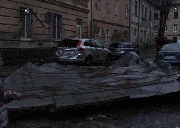 """""""Зірвані дахи, повалені дерева і пошкоджені авто"""": Негода у Львові наробила біди"""