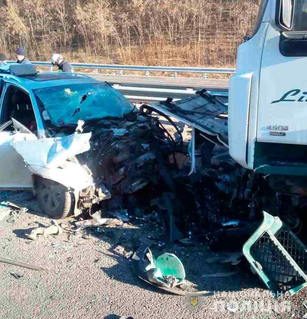 На Полтавщині вантажівка протаранила легковий автомобіль, є жертви