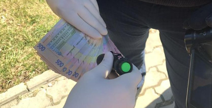 Отримав 8000 гривень хабара: у Львові на гарячому затримали інспектора податкової служби