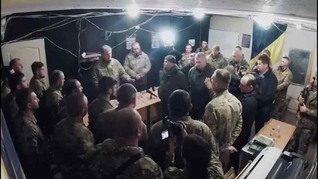 """Навіть не привіталися: у мережі з'явилося відео, де Азов """"тепло"""" зустрічає президента"""