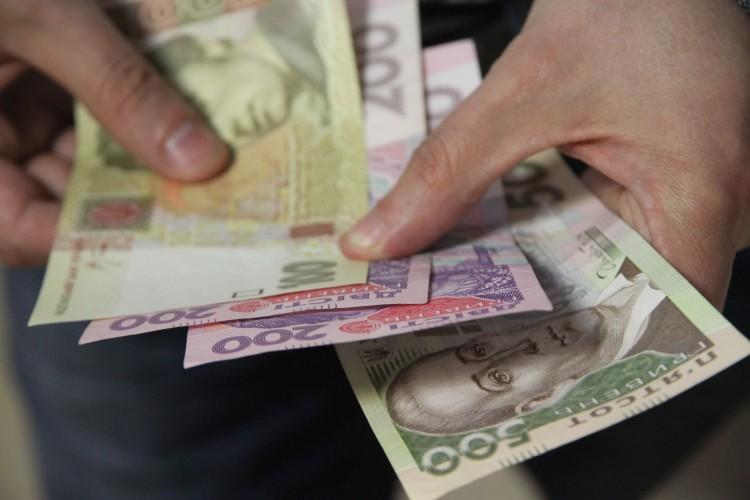 На що українці витрачають половину своєї зарплати?