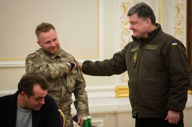 """""""Скільки грошей ви вкрали?"""": Український військовий різко звернувся до Петра Порошенка. Гучно сказано"""