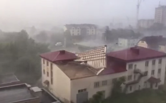 """""""Краще не виходити з дому, або брати цеглину в сумку"""": В Україні оголосили штормове попередження"""
