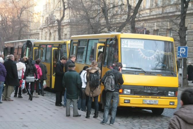 Розпочав рух, не дочекавшись висадки пасажирів: З львівської маршрутки на ходу випала жінка