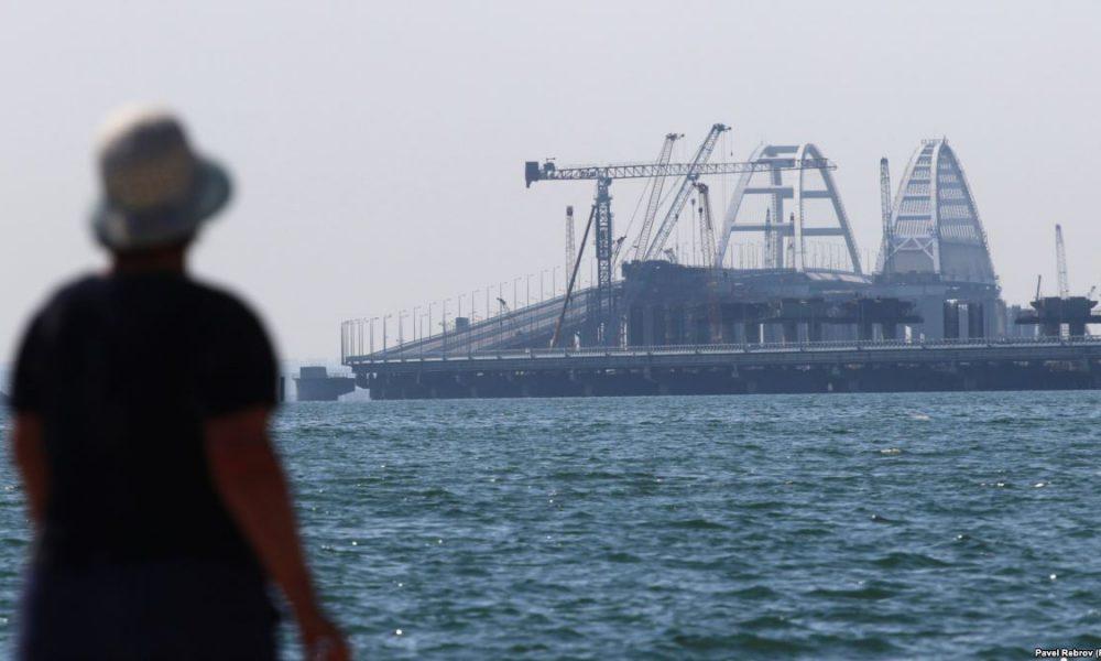 """""""Шмонають і крадуть"""": кримчан розлютили дії окупантів на Керченському мосту"""