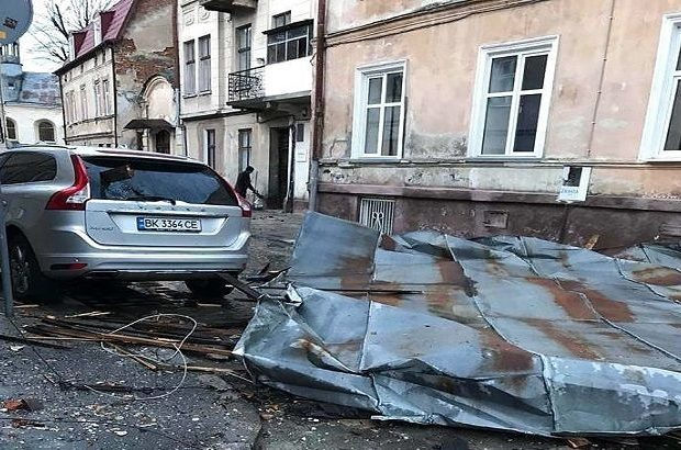 Зірвані дахи, повалені дерева та знеструмлені будинки: Львівщину накрив шквальний вітер