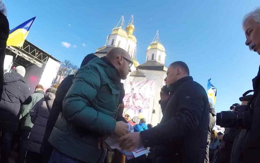 """""""Ви погано себе поводите"""": Охорона Порошенка у Чернігові вирвала плакат з рук активіста і виштовхала йго з площі"""