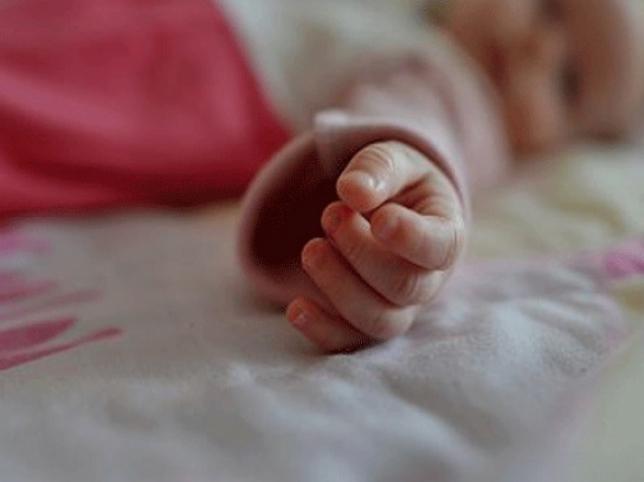 """""""Дитина плакала і задихалась"""": Під Києвом п'яний батько ледь не """"заморозив"""" немовля"""