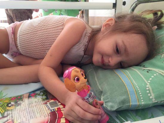 Дівчинці щодня доводиться переносити важке лікування: допоможіть Ганусі перемогти рак