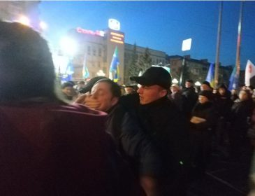 """Де Лазаренко? На мітингу Тимошенко """"тітушки"""" накинулись на чоловіка"""