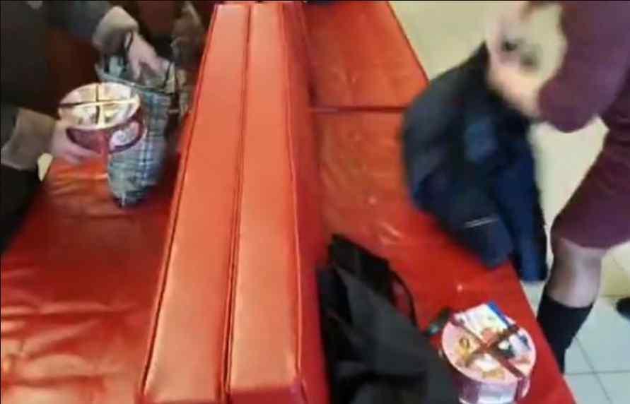 """Торт замість 1000 гривень: депутати БПП влаштували роздачу """"Roshen"""" у Києві"""