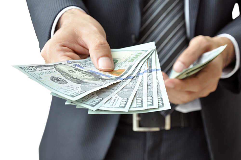 За тиждень гривня ослабла: в Україні знову росте ціна на долар