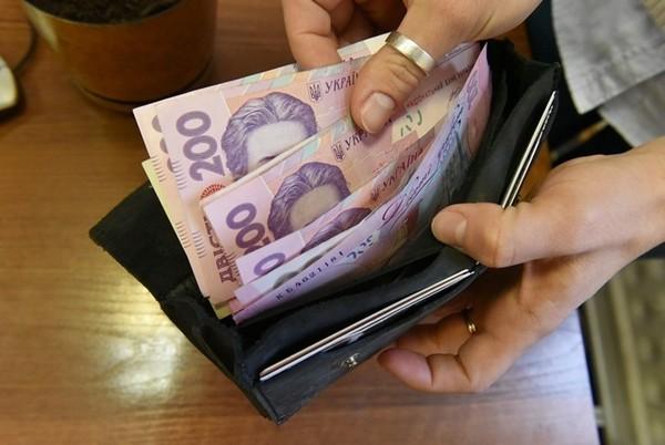 Українцям пообіцяли підняти мінімальну зарплату до п'яти тисяч гривень