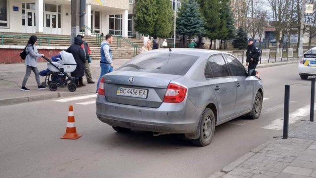 Не помітив пішоходів на переході: Автомобіль переїхав 15-річних школярів у Львові