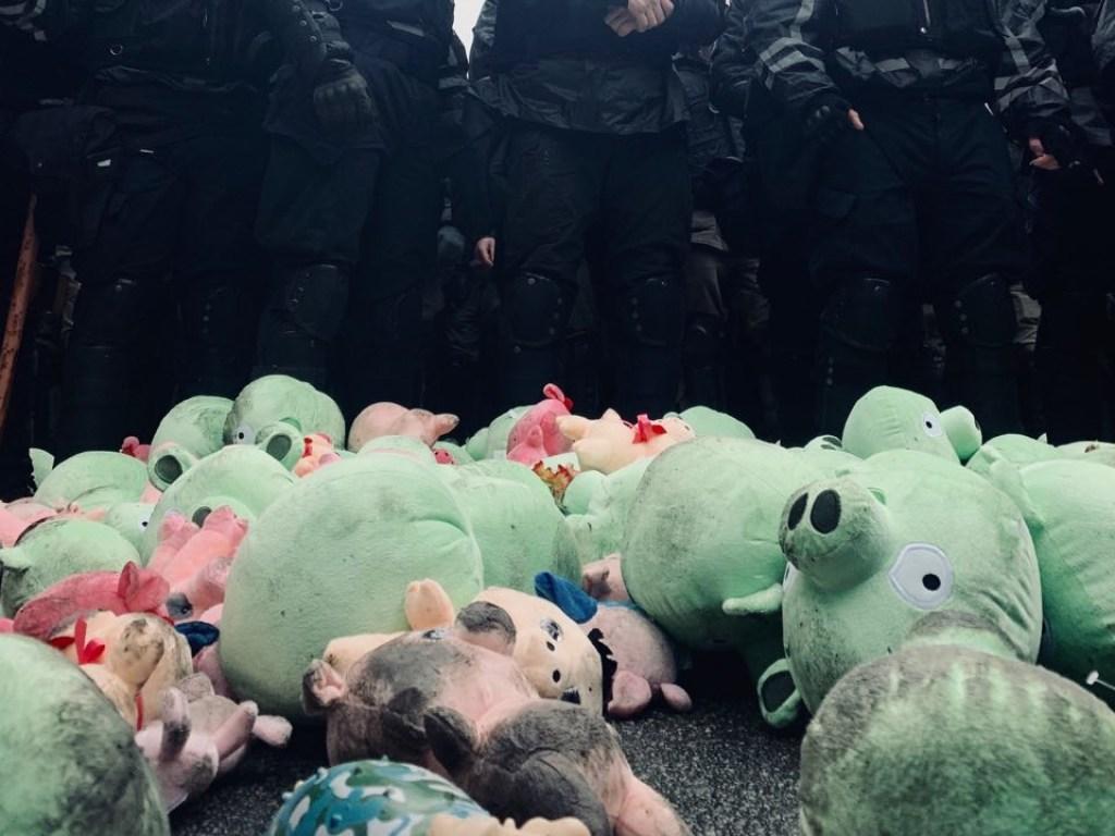 """""""Під вигуки """"Ганьба"""" закидали свинями"""": В Мережі обговорюють зустріч Порошенка з активістами в Полтаві. Що буде далі?"""