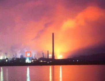 """""""Видно спалахи та лунає гуркіт"""": У Маріуполі горить металургійний комбінат """"Азовсталь"""""""
