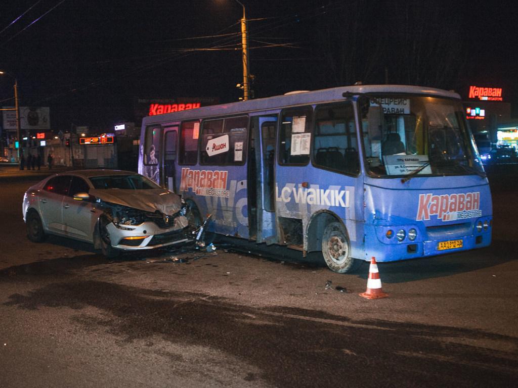 Обидва летіли на зелений: моторошне зіткнення автомобіля з автобусом у Дніпрі