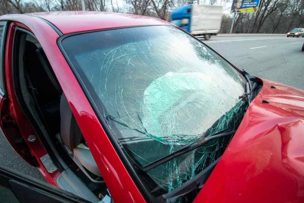 Протаранив машиною стовп: жахливе ДТП в Києві, водій таксі не довіз пасажирку