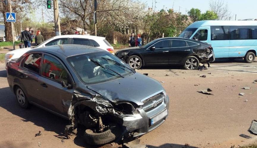 У Кривому Розі зіткнулися одразу 4 автомобілі: одного з водіїв затиснуло в салоні