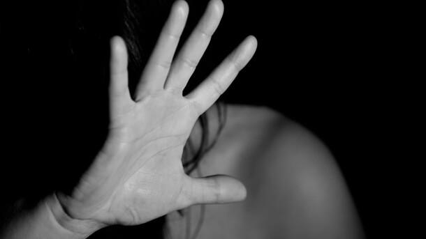 Стежив, закрив рот і затягнув за гаражі: в Києві дівчину зґвалтували біля власного будинку