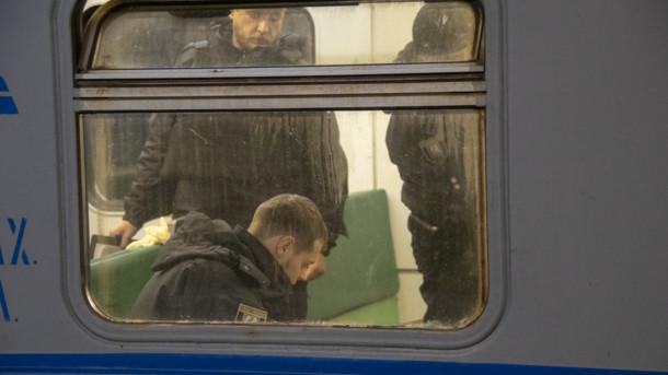 Лежав між сидіннями ще зівчора: У Києві на вокзалі в електричці знайшли труп чоловіка